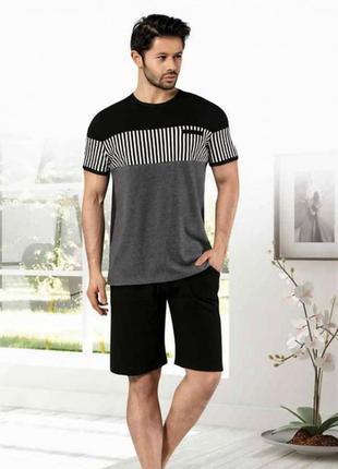 Костюмы мужские, футболка и бриджи