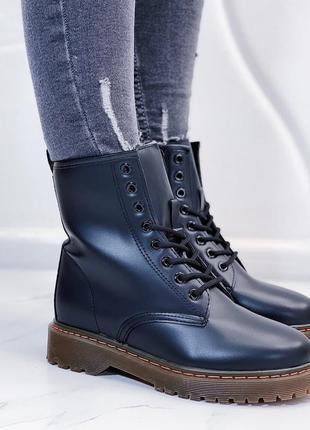 Чёрные ботинки мартенсы, высокие ботинки на массивной подошве.
