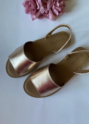 Кожаные сандали на широкую ногу