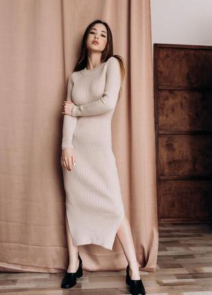 Платье резинка по фигуре с разрезами вязаное длинное миди в об...