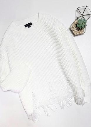 Белый вязаный свитер с рваностями по низу
