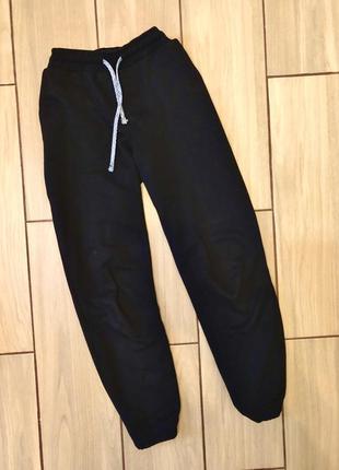 Чёрные спортивные штаны на резинке