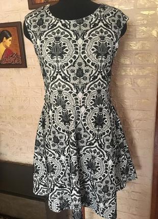 Черно-белое платье в бархатный орнамент