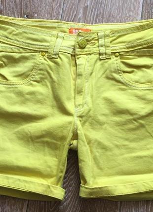 Желтые джинсовые шорты