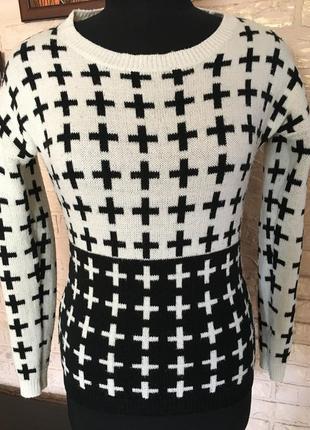 Черно-белая кофта в кресты