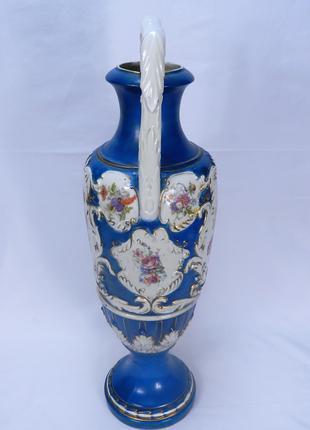 Фарфоровая ваза с рисунками цветов