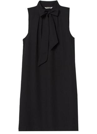 Короткое черное платье без рукава