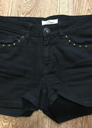 Черные джинсовые шорты с заклепками