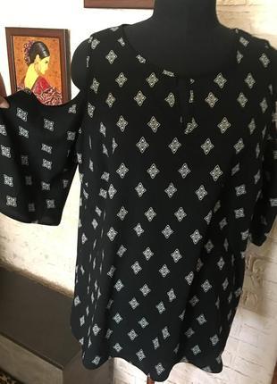 Блуза с вырезами на плечах