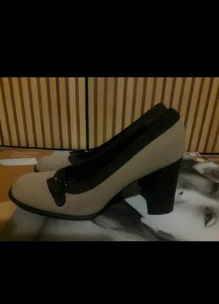 Бежевые туфли на каблуке. туфли  prada
