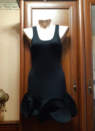 Черное стрейчевое короткое платье с воланами