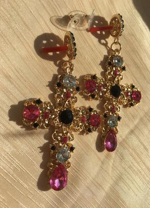 Элегантные розовые серьги кресты