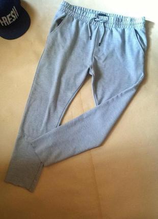 Спортивные штаны зауженные, с необработанными низом.