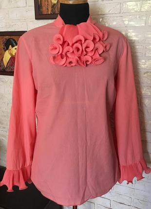 Блуза кораллового цвета с жабо