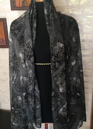 Серый платок с принтом