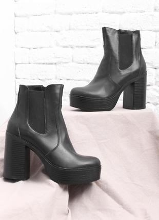 Кожаные женские черные демисезонные ботинки на высоком каблуке...