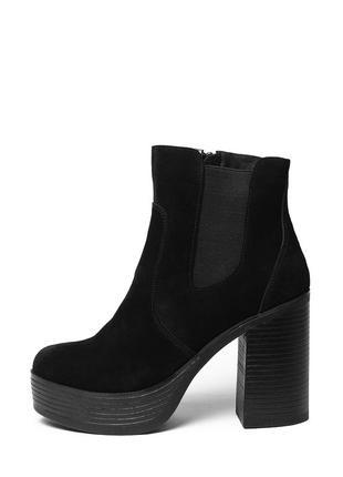 Замшевые женские черные демисезонные ботинки на высоком каблук...