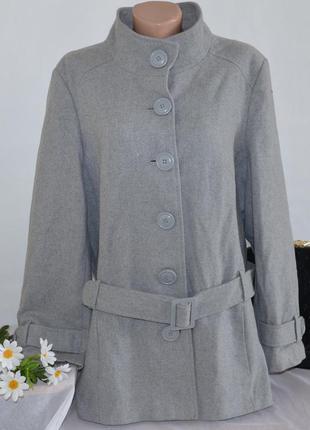 Брендовое серое шерстяное демисезонное пальто с поясом и карма...