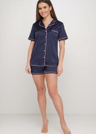 Шелковая пижама на пуговицах.