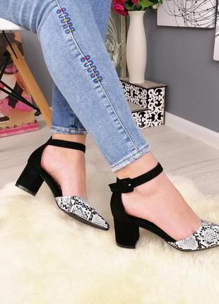 Красивые туфли на среднем каблуке.