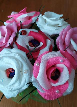Кошик квітів з цукерками