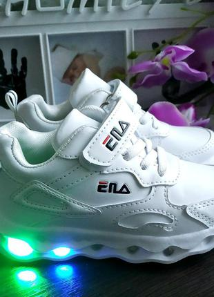 Стильные кроссовки со светящейся подошвой