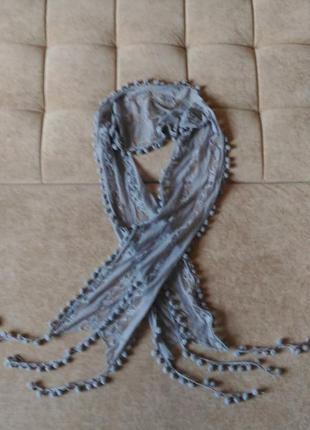 Нежный, серо-лиловый, кружевной шарфик с бубончиками