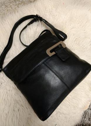 Практичная кожаная сумка на плечо
