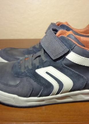 Классные  кожаные кроссовки на липучке geox 39 размер
