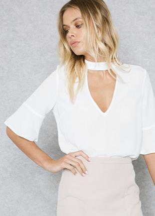 Белая блузка с чокером и воланами оборкой на рукавах , блуза  ...
