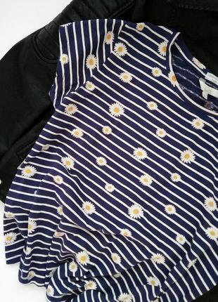 Стильная синяя  полосатая футболка топ  в цветочный принт ромашка