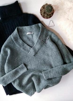 Теплый свитер с v-образным вырезом и разрезами по боках  с шер...
