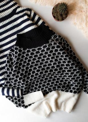 Вязаный двухцветный свитер под горло