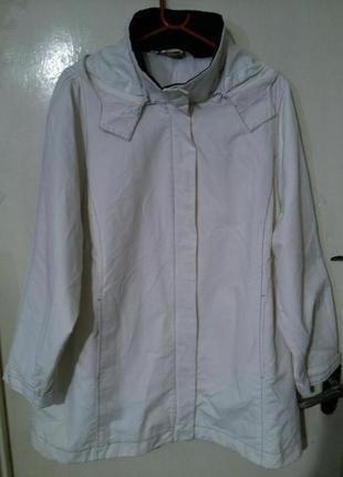 Элегантная,белая куртка-ветровка,с карманами и съёмным капюшон...