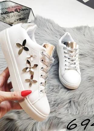 Легкие белые кеды