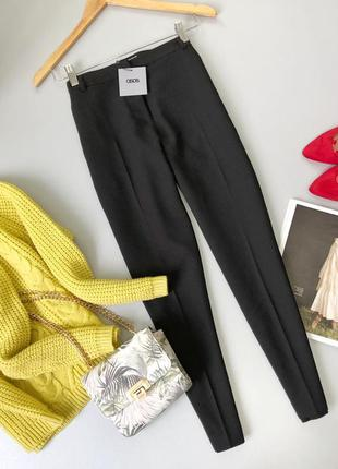 Черные брюки со стрелками кроя asos