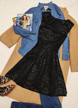 Чёрное приталеное платье со свободной юбкой с золотым отливом ...