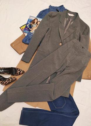 Брючный костюм серый брюки и пиджак удлиненный классический ба...