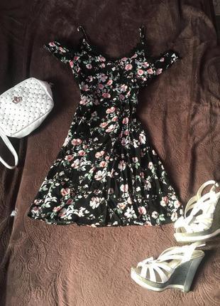 Маленькое чёрное платье в цветочный принт с кружевом