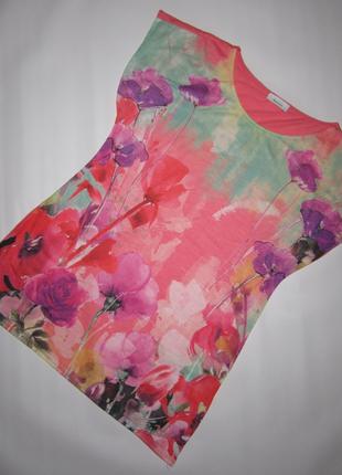 Яркая футболка в цветах