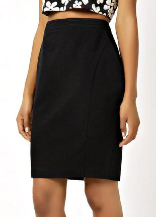 Черная юбка миди с красивыми силуэтными выточками и карманами ...
