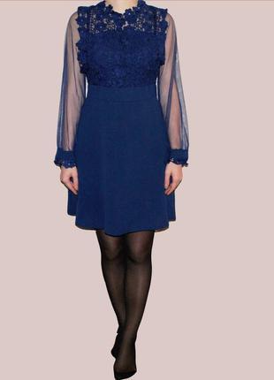 Нежное средней длины приталенное платье с кружевом