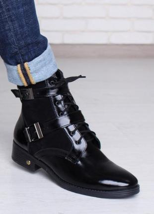 Женские кожаные лаковые демисезонные ботинки с замшевыми встав...