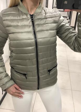 Оливковый бомбер стильная куртка на синтепоне. amisu. размеры ...