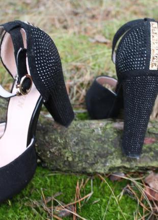 Черные босоножки на высоком каблуке со стразами