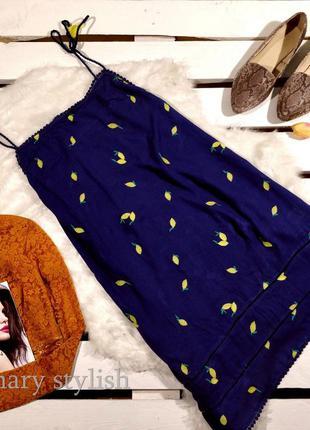 Синее платье в принт лимон