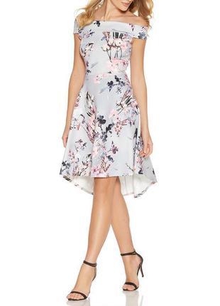 Quiz платье серое в цветочный принт с открытыми плечами нарядн...