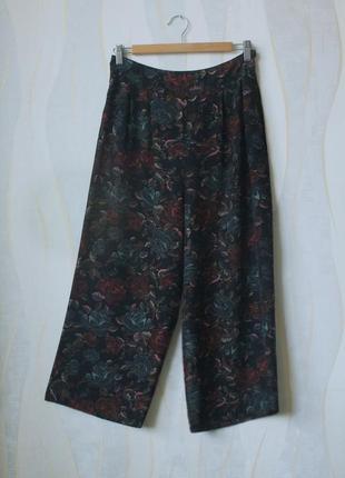 Укороченные шифоновые брюки кюлоты с защипами в цветочный пинт...