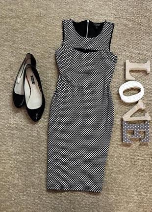 Платье с плотной ткани в горошек с вырезом на груди