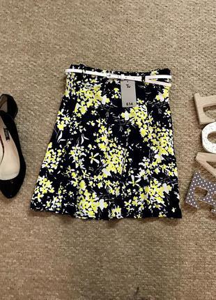 Очень красивая юбка в цветочный принт с ремешком